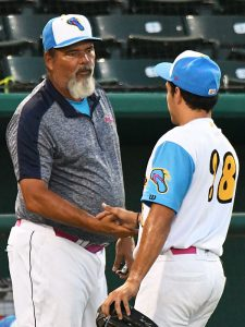 Flying Chanclas pitching coach Calvin Schiraldi talks to pitcher Arturo Guajardo after Guajardo threw 2 2/3 scoreless innings Sunday night at Wolff Stadium. - photo by Joe Alexander